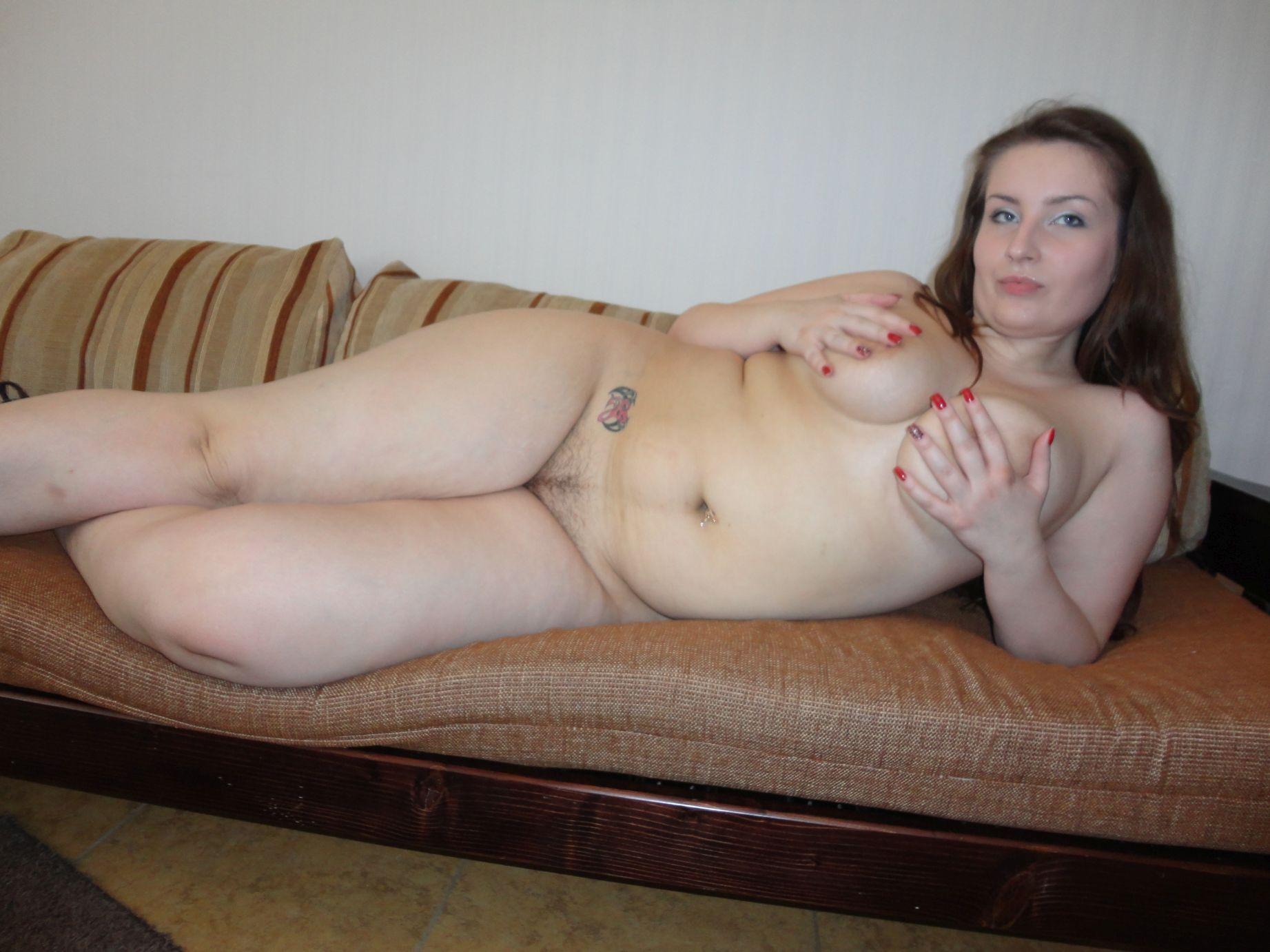 Nackte vollschlanke Frau